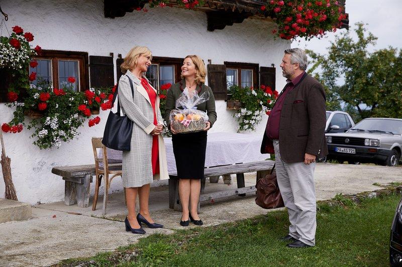Marie Hofer (Karin Thaler, M.) lädt Kommissarin Danner (Katharina Abt, l.) zur Übernachtung auf ihrem Hof ein, was Kommissar Stadler (Dieter Fischer, r.) wenig begeistert. – Bild: ZDF und Bojan Ritan.
