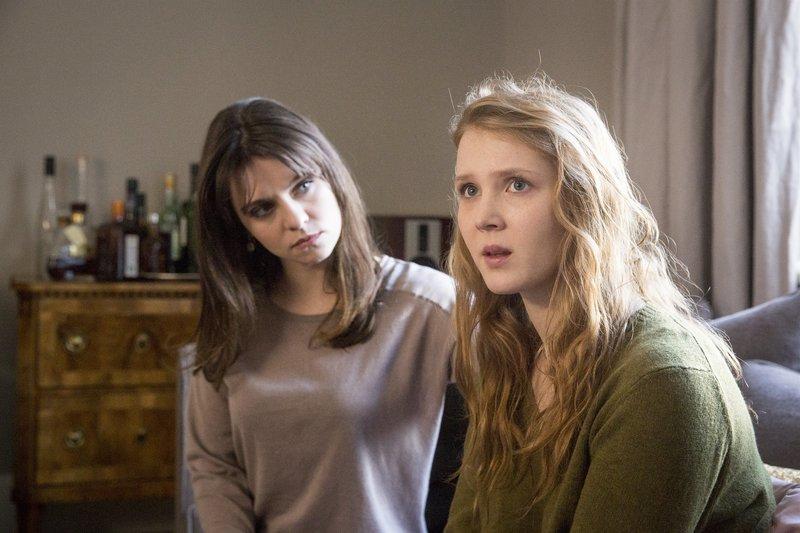 Die Schwestern trauern um ihre toten Eltern: Vanessa Körber (Natalia Rudziewicz, l.), Fiona Weller (Isolda Dychauk, r.). – Bild: ZDF und Andreas Wünschirs