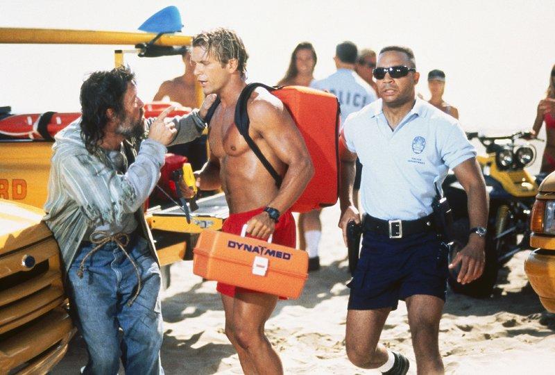 V.l.: Obdachloser (Alex Zonn), Cody Madison (David Chokachi), Polizist (Komparse) – Bild: Nitro.