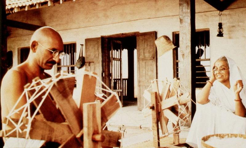 Mahatma Gandhi (Ben Kingsley, li.) und seine Frau Kasturba (Rohini Hattangady, re.) lernen mühsam, am Spinnrad ihre eigene Kleidung herzustellen, um von der englischen Textilindustrie unabhängig zu werden ... – Bild: ProSieben Media AG