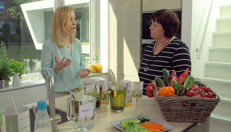 Ernährungs-Doc Anne Fleck erklärt die Wirkung der einzelnen Lebensmittel. – Bild: NDR