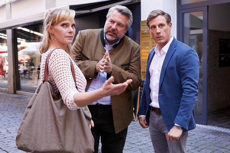 Die Kommissare Stadler (Dieter Fischer, M.) und Bach (Patrick Kalupa, r.) befragen Sabine Stadelmayer (Jenny-Marie Muck, l.) im aktuellen Mordfall. – Bild: ZDF und Bojan Ritan.