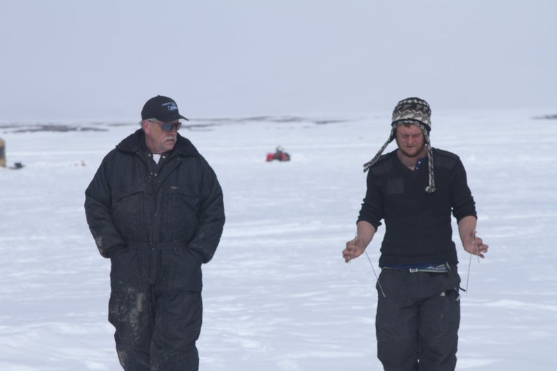 Steve Pomrenke shows Zeke Tenhoff how to use dowsing rods. – Bild: Discovery Channel / Discovery Communications