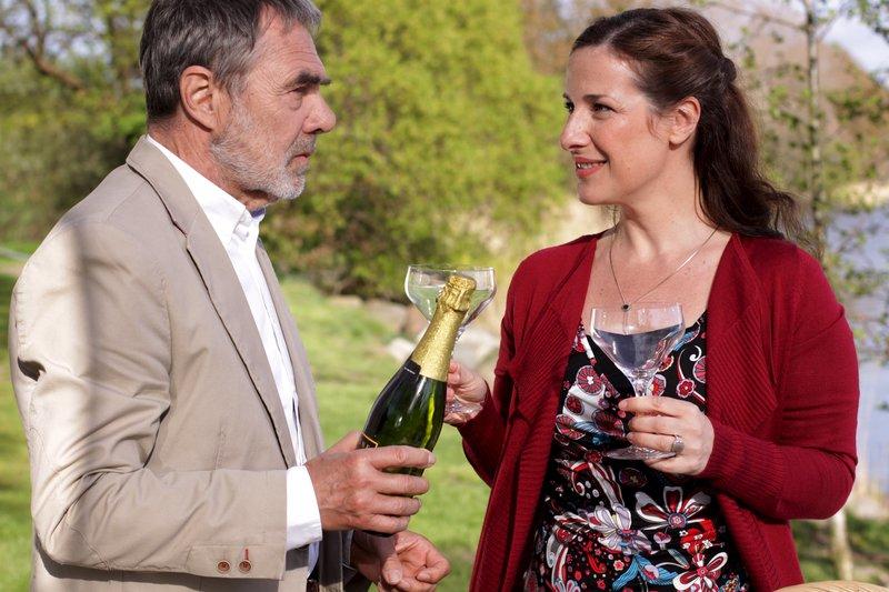 Prof. Bergmann (Gunter Schoß) und Dr. Garcia (Clelia Sarto) genießen das romantische Picknick mit spanischen Spezialitäten und Champagner. Honorarfrei - nur für diese Sendung bei Nennung ZDF und www.manju.de – Bild: www.manju.de / ZDF