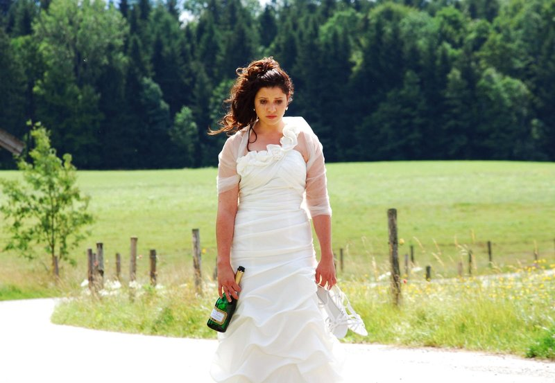 ARD STURM DER LIEBE FOLGE 1610, am Mittwoch (19.09.12) um 15:10 Uhr im ERSTEN. Nach ihrer geplatzten Hochzeit macht sich Kira König (Mareike Lindenmeyer) weinend auf den Weg zu ihrem Onkel Julius. – Bild: ARD/Ann Paur