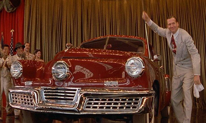 """Preston Tucker (Jeff Bridges) präsentiert stolz seinen """"Tucker Torpedo"""". – Bild: Lucasfilm Ltd / (Erstauffźhrung USA: 12.08.1988)"""