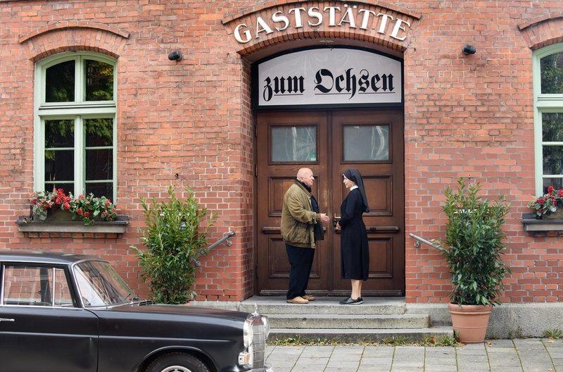 Der Koch hat gekündigt, der Ochsen hat dichtgemacht: Huber (Wolfgang Müller, l.) und Schwester Hanna (Janina Hartwig, r.) stehen vor verschlossener Tür. – Bild: ARD/Barbara Bauriedl