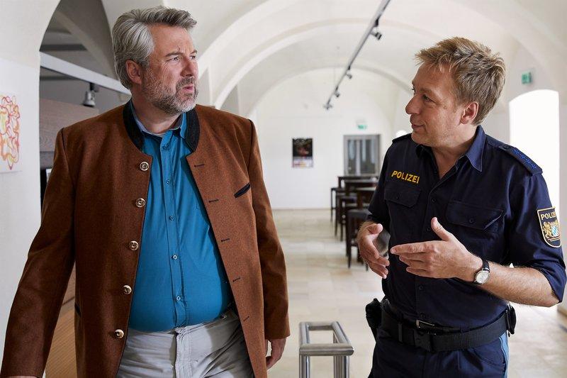 Polizist Mohr (Max Müller, r.) informiert Kommissar Stadler (Dieter Fischer, l.) über das Mordopfer und sein persönliches Umfeld. – Bild: ZDF und Bojan Ritan.
