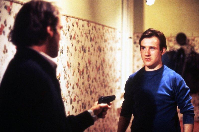 Der Biogenetiker Berthold Hoffmann (Bruno Ganz, links) sucht nach dem Polizisten, der ihm bei einer Razzia in den Kopf geschossen hat. Dabei trifft er auf den jungen Schurig (Udo Samel). – Bild: ZDF und ©1978
