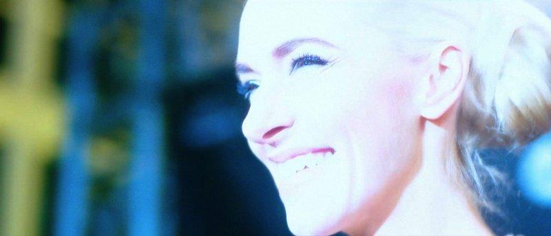 """Um den Kampf um Anerkennung geht es in """"Back of Good"""" von Mia Spengler, wo Reality-TV-Sternchen Angie (Kim Riedle) um die Aufmerksamkeit eines Trash-Milieus buhlt. Angie muss nach ihrem Drogenentzug wieder zurück zur Mutter (Juliane Köhler) ziehen und hat nach einem Zusammenburch der Mutter plötzlich ihre pubertierende Schwester Kiki (Leonie Wesselow) an der Backe. Angie (Kim Riedle) im Rampenlicht. – Bild: SWR/ZumGoldenenLamm"""