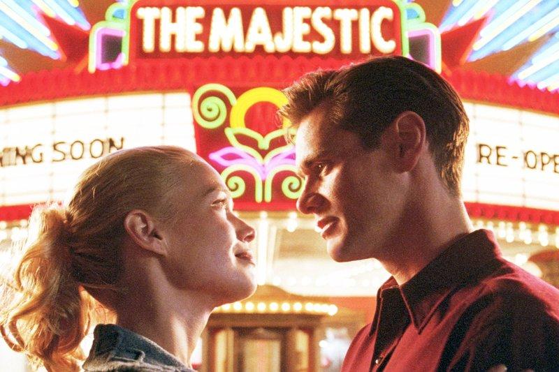 "Adele (Laurie Holden) und Peter (Jim Carry) vor dem neu eröffneten Kino ""The Majestic"" – Bild: Warner Bros"