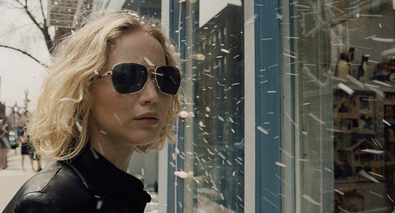 Erst als Joy (Jennifer Lawrence) scheinbar alles verliert, erkennt sie, dass sie ihre Familie in geschäftlichen Dingen besser außen vor halten und niemals zu schnell kapitulieren sollte ... – Bild: 2015 Twentieth Century Fox. All Rights Reserved.