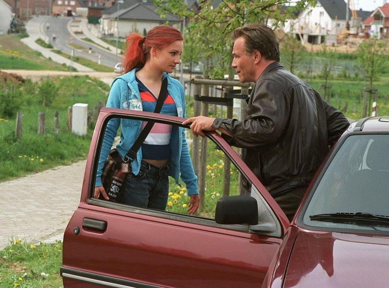 15 Uhr im Ersten. Da sie kein eigenes Auto hat, fährt Tatjana Rausch (Karoline Teska) per Anhalter und trifft dabei auf den Kommissar Max Ballauf (Klaus J. Behrendt). – Bild: WDR/Thekla Ehling