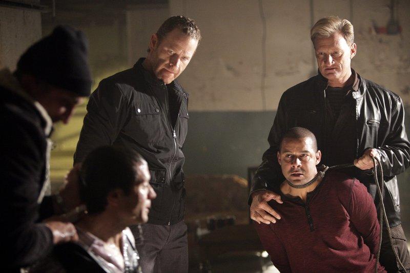 In the front, L-R: Kevin Ryan (Seamus Dever), Javier Esposito (Jon Huertas) In the back, in the middle: Hal Lockwood (Max Martini) – Bild: Universal TV