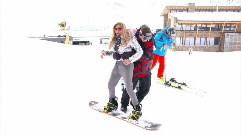 Carmen testet das Snowboard...Carmen testet das Snowboard... – Bild: RTL II