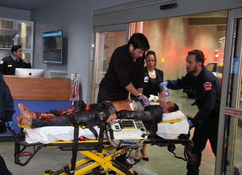 Chicago Med Entgleist - Derailed Staffel 1, Episode 1 Dramatische Rettungsaktion: Colin Donnell als Dr. Connor Rhodes (M.), S. Epatha Merkerson als Sharon Goodwin (im HG rechts) – Bild: SRF/NBC Universal