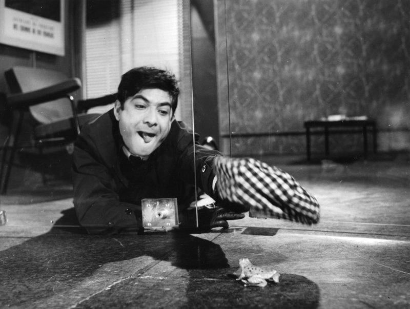 Greift zu ungewöhnlichen Methoden, um in seiner Firma ganz nach oben zu kommen: Der kleine Angestellte Paul Martin (Jean-Claude Brialy), der durch seinen Ehrgeiz in groteske Situationen gerät ... – Bild: 1963 GAUMONT Lizenzbild frei