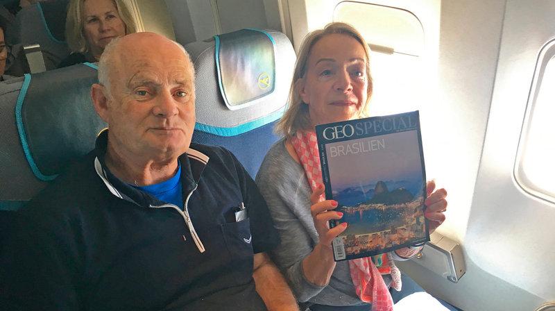 """Co-Pilot Jürgen Vietor auf dem Weg zur """"Landshut"""" nach Brasilien. In der Reihe hinter ihm sitzend Gabriele von Lutzau. – Bild: ZDF und SWR"""