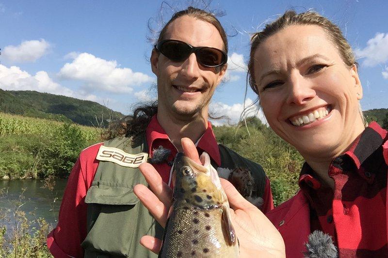 Andrea Grießmann mit Fliegenfischer Björn Saal. – Bild: WDR