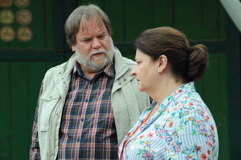 Stadlbauer möchte sich bei Monika für seinen Ausraster auf dem Dorfplatz entschuldigen, doch diese blockt ab. Von links: Benedikt Stadlbauer (Andreas Geiss) und Monika Vogl (Christine Reimer). – Bild: BR/Marco Orlando Pichler