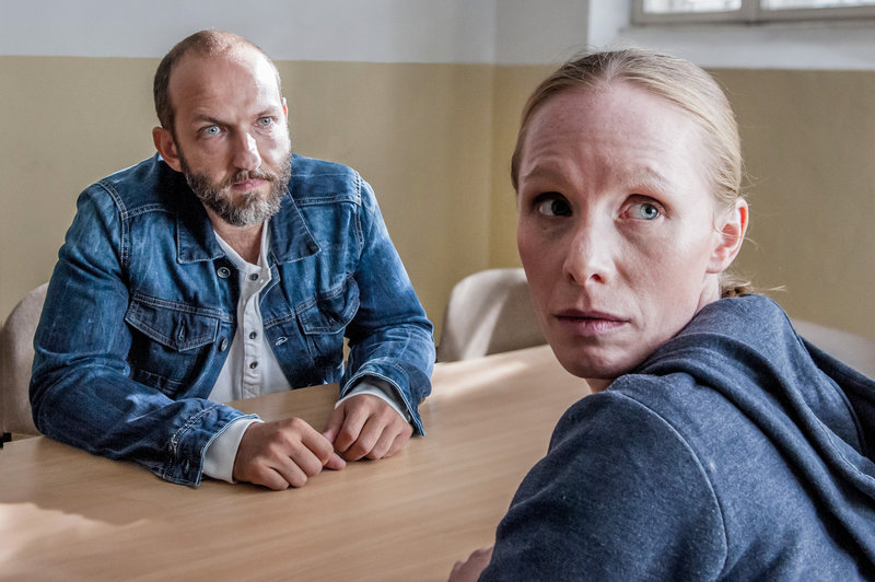 Horst Schano (Michael Fuith) schaut blind verliebt auf Lucy Dolzer (Susanne Wuest). Der Waffennarr und Altwarenhändler besucht die verurteilte Mörderin im Gefängnis, so oft er kann. – Bild: ZDF