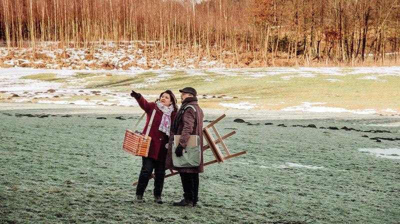 Monika ist ganz aus dem Häuschen, als Maler Osswald sich doch für ihren Grund als Motiv entscheidet. Von links: Monika Vogl (Christine Reimer) und Maler Osswald (Nikolaus Frei). – Bild: BR/Nadya Jakobs