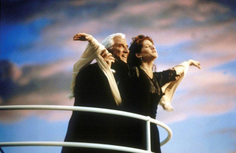 Begeben sich auf eine Reise ohne Wiederkehr: Cass (Melinda McGraw, r.) und Ryan (Leslie Nielsen, l.) ... – Bild: Constantin Film Lizenzbild frei