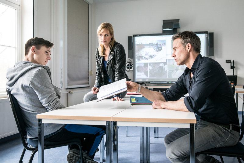 Patrick Ritter (Rick Okon, l.), Ina Zimmermann (Melanie Marschke, M.) und Jan Maybach (Marco Girnth, r.). – Bild: ZDF und Uwe Frauendorf