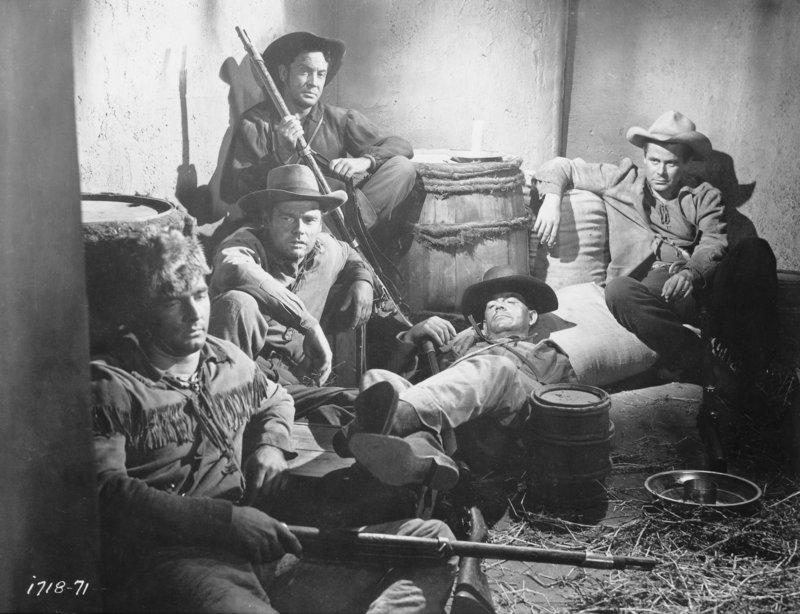1836 tobt der Kampf um Fort Alamo in Texas. John Stroud (Glenn Ford, r.) und seine Kameraden sind erschöpft vom Kampf gegen die Mexikaner. – Bild: ZDF und Universal International Pictures