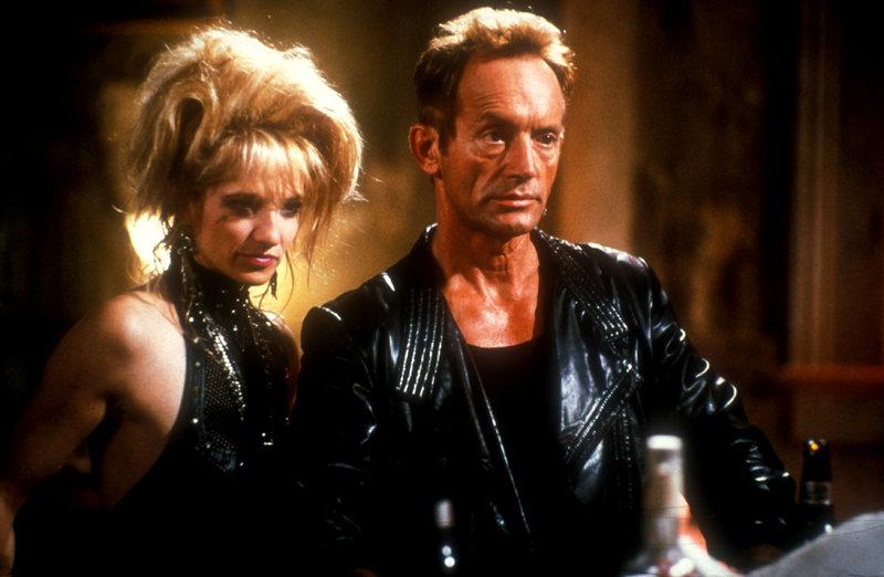 Erst haben sie John im Stich gelassen, jetzt haben sie ein Problem: Sunny (Ellen Barkin) und Rafe (Lance Henriksen) wissen nicht, dass sich John mit neuem Gesicht an ihre Fersen geheftet hat. – Bild: TMG