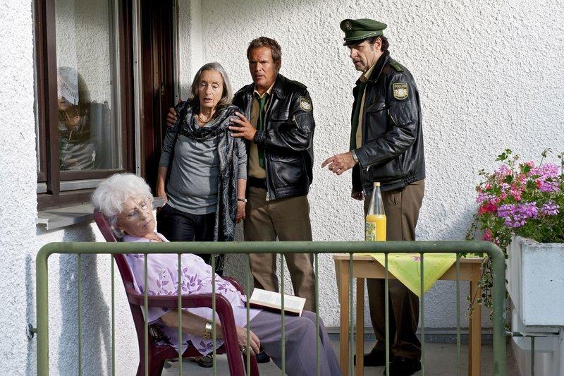 Lebt Gudrun Scholz (Maria-Anna Lechelmayr, sitzend) noch? Franz Hubert (Christian Tramitz, Mitte), Johannes Staller (Helmfried von Lüttichau, rechts) und Hannelore Kramer (Ingrid Resch) sind sich nicht sicher. – Bild: ARD/TMG, Katrin Krammer