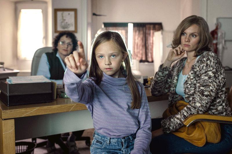 Hanni (Rosalie Thomass, re.) und ihre Tochter Magdalena (Romy Butz, Mi.) bei der Hausärztin (Agathe Taffertshofer, li.) – Bild: ZDF / © ZDF/Hendrik Heiden