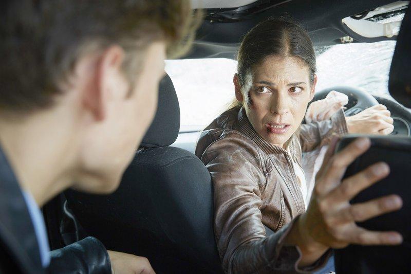 Krüger (Katja Woywood) ist im Wagen eingeklemmt und beauftragt Finn (Lion Wasczyk), alleine weiter nach ihren Kollegen Semir und Paul zu suchen. – Bild: RTL