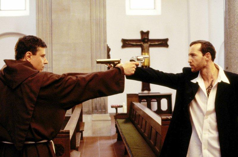 Taube (Christian M. Goebel, l.) und Tronnier (Andreas Hofer, r.) beim Showdown in der Kirche. – Bild: Sat.1 Gold