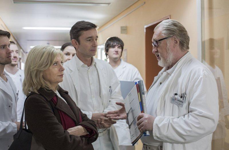 Tod durch Arztfehler? Isa (Sabine Postel, l.) legt sich mit Dr. Karge (Arndt Klawitter, M.) und Prof. Meissner (Felix von Manteuffel, r.) an. – Bild: ARD/Georges Pauly