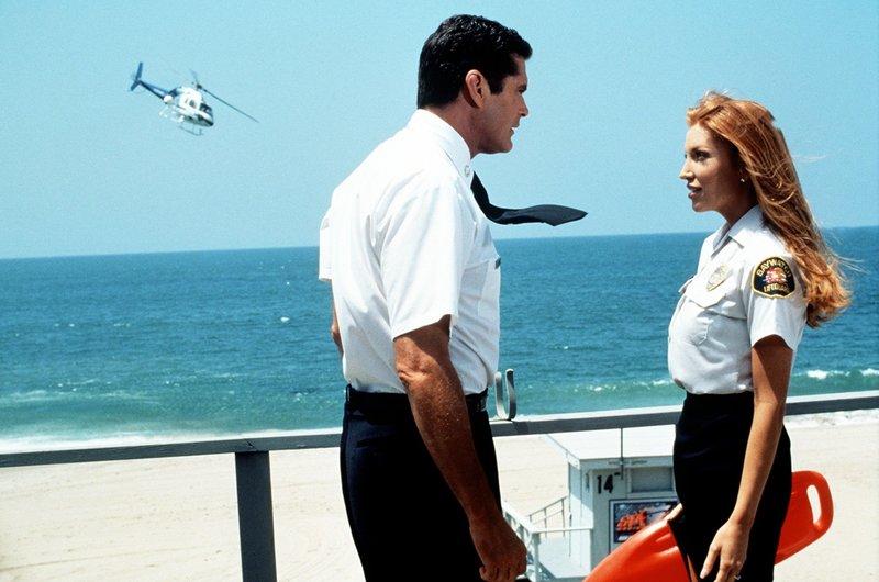 Mitch (David Hasselhoff) und Lieutenant Taylor Walsh (Angelika Bridges) rätseln darüber, wo bei Baywatch eine undichte Stelle sein könnte. – Bild: Nitro.
