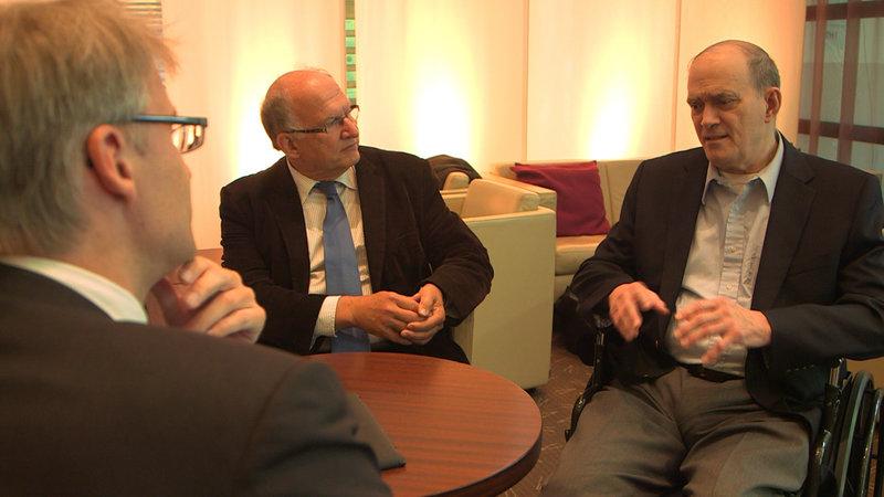 ZDF- Autor Elmar Theveßen im Gespräch mit Peter Schaar, ehemaliger Bundesdatenschutz-beauftragter (Mitte), und William Binney, ehemaliger NSA Mitarbeiter und Whistleblower. – Bild: ZDF und Zeljko Pehar