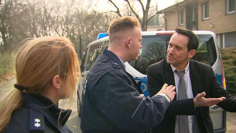 Den Straßencops Ruhrgebiet ist nichts Menschliches fremd. Eigentlich. Doch heute erwartet sie ein Autounfall, der ein schlimmes Verbrechen offenbart und ein Familienstreit, der blutig zu enden droht. – Bild: RTL II