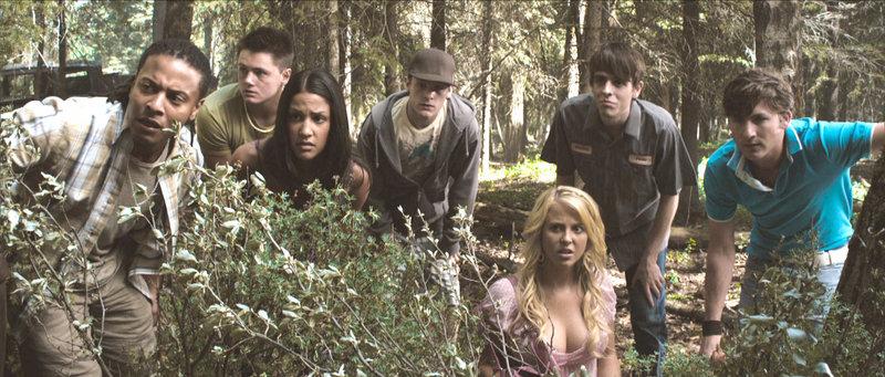 Chad (Jesse Moss, re.) und seine College-Freunde beobachten die Hütte... – Bild: RTL Zwei