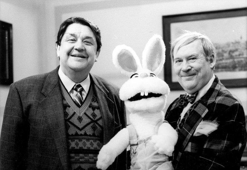Von links: Herr Walguny (Max Grießer) und Herr Ebelein (Klaus Herm). – Bild: Bayerisches Fernsehen
