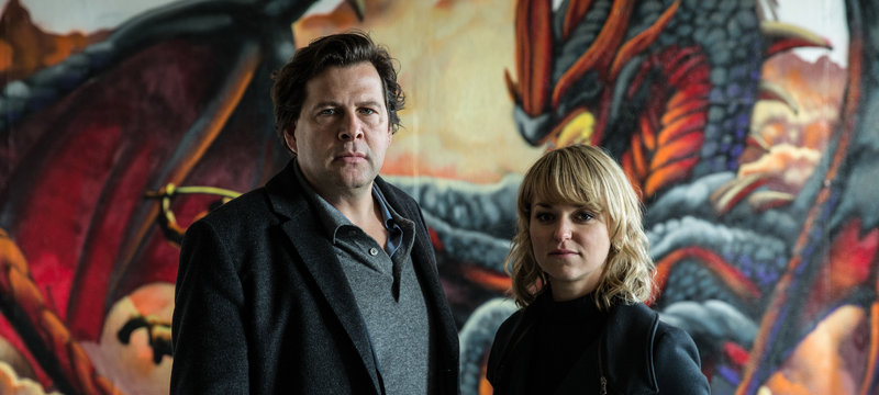 Kommissarin Winnie Heller (Lisa Wagner) und Kommissar Hendrik Verhoeven (Hans-Jochen Wagner) ermitteln wegen Mord und Korruption in den eigenen Reihen. – Bild: ZDF und Hannes Hubach