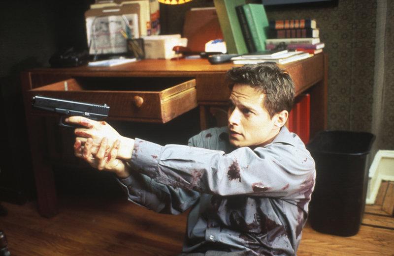 Mit dem Rücken an der Wand: Der junge Polizist Emmett Young (Scott Wolf) im Duell mit seinem Mörder. – Bild: ZDF und SquareOne
