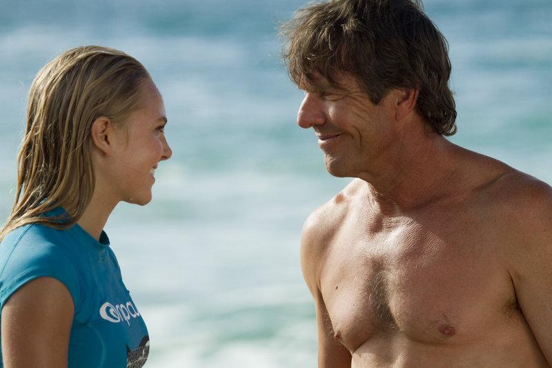 Tochter lacht mit ihrem Vater : AnnaSophia Robb als Bethany Hamilton, Dennis Quaid als Tom Hamilton – Bild: sixx
