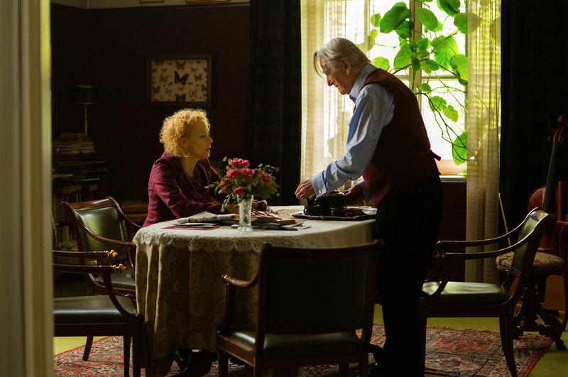 Sophie (Katja Riemann) besucht ihren Onkel Ralf (Gunnar Möller), den Bruder ihres Vaters, nachdem sie erfahren hat, dass er mit ihrer Mutter früher ein Verhältnis hatte. – Bild: ZDF und Jan Betke