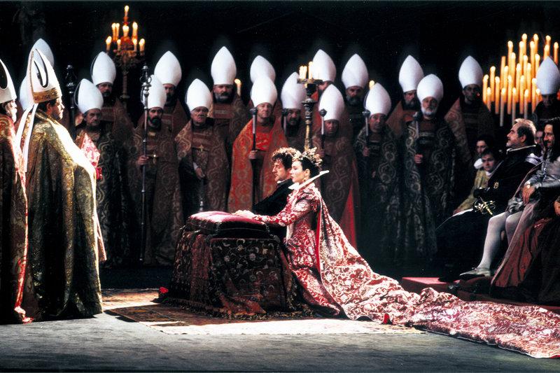 Eine Hochzeit für den Frieden: Die katholische Prinzessin Margot (Isabelle Adjani) wird mit dem protestantischen Fürsten Heinrich von Navarra (Daniel Auteuil) vermählt. – Bild: ARTE France / © Pathé