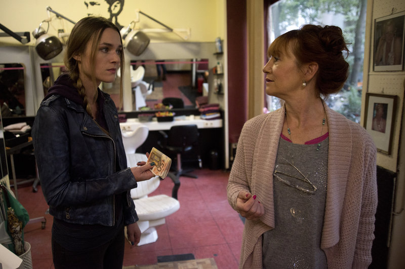 Lucy (Josephin Busch, l.) will ihre Mutter (Ulrike Krumbiegel, r.) finanziell unterstützen, aber sie möchte, dass sich Lucy aus ihren Problemen heraushält. – Bild: ZDF und Oliver Feist