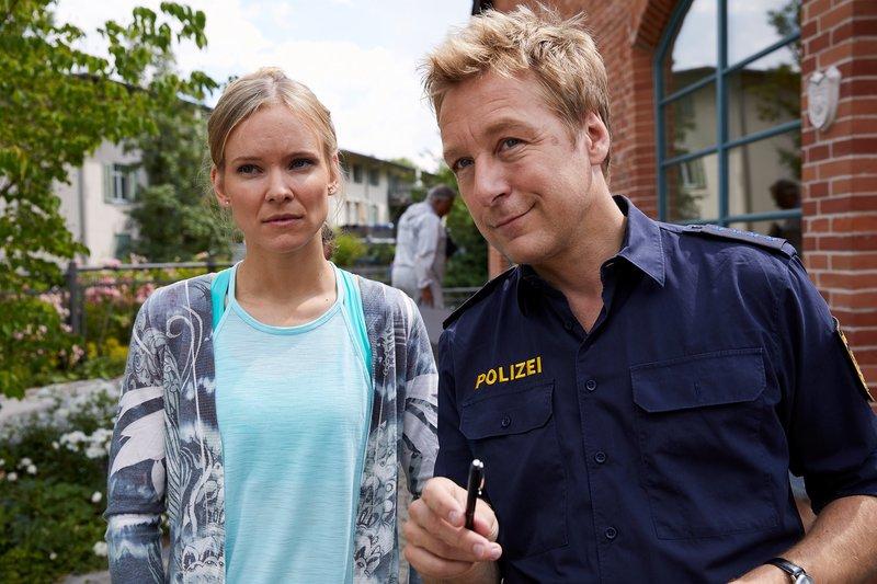 Polizist Mohr (Max Müller, r.) spricht mit Monika Leitner (Magdalena Steinlein, l.), einer Yogaschülerin des Toten. – Bild: ZDF und Bojan Ritan.