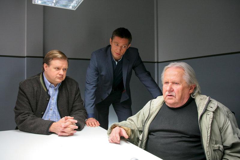 Hat Karl Sonnleitner (Axel Scholtz, r.) seinen Nachbarn aus Rache umgebracht? Für Hartl (Michael A. Grimm, l.) und Hansen (Igor Jeftic, M.) ein Motiv. – Bild: ZDF