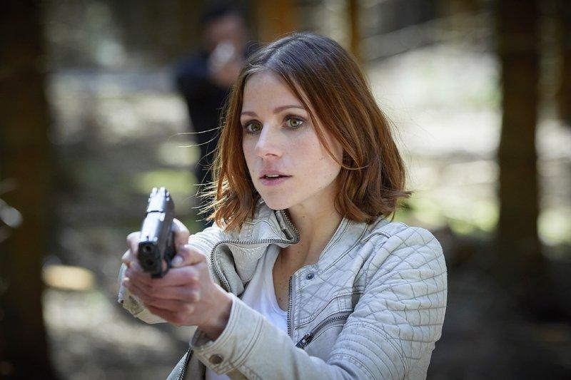 Jenny (Katrin Heß) wird Shahin gegenüber misstrauisch und im nächsten Moment taucht auch schon der zweite Fallschirmspringer aus dem Unterholz auf... – Bild: RTL