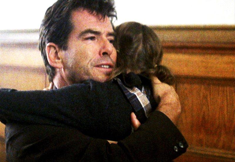 """Desmond (Pierce Brosnan) will seine Tochter Evelyn (Sophie Vavasseur) nicht verlieren. – Bild: """"ARD Degeto"""" (S2),"""